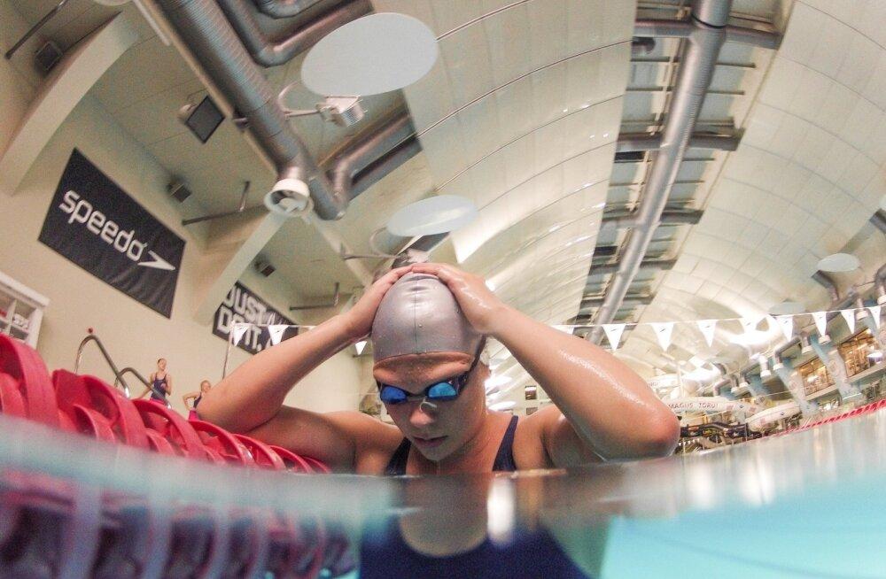 Ujuja Maria Romanjuk Kalevi ujulas treeningul