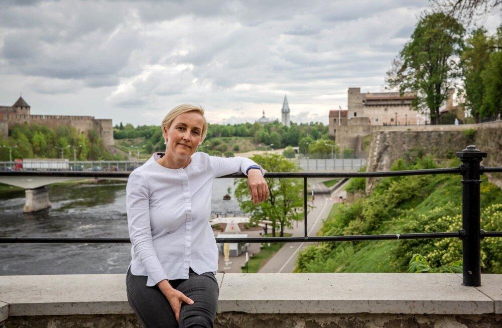 Paremal Eesti linn Narva, vasakul Vene linn Ivangorod ja keskel Kristina Kallas, kes on veendunud, et me ei saavuta oma eesmärke eestlaste–venelaste koostoimimisest enne, kui me neid esimesest klassist alates kokku ei pane.