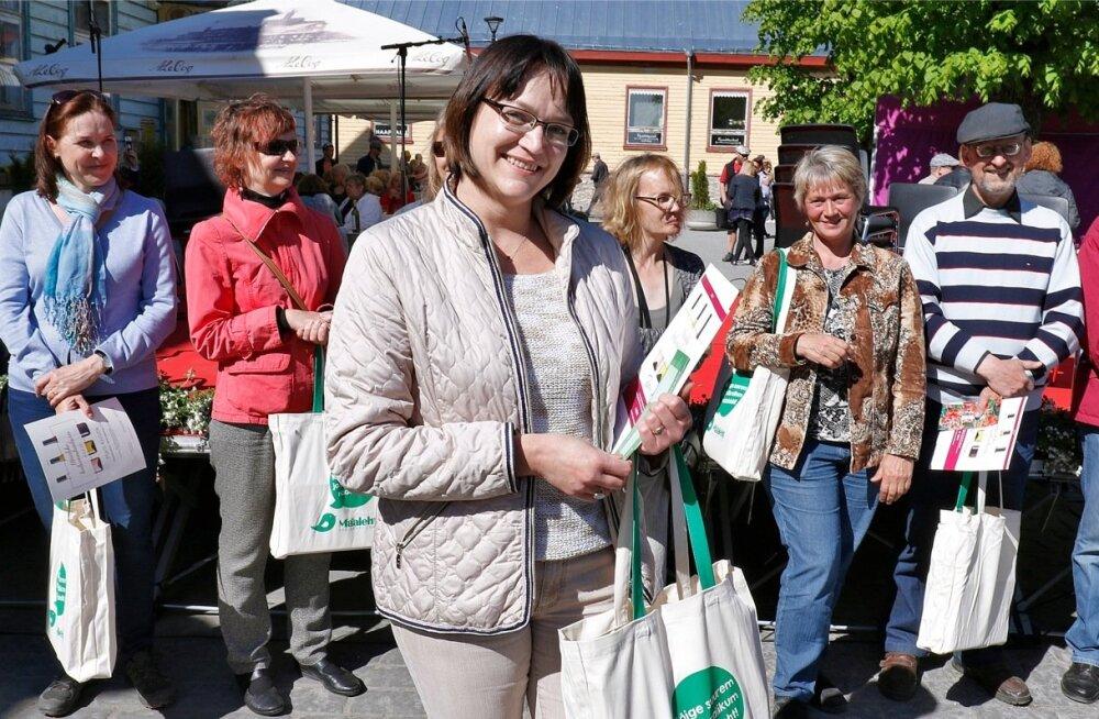 Maalehe koduveinikonkursi võitja Katrin Ratt tõi võistlema oma 2015. aasta kirssidest valmistatud veini.