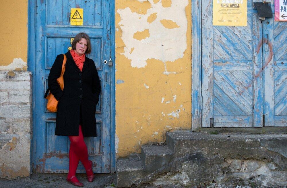 """Lisaks õppejõutööle on Karin Paulus kirjutanud mitmeid arhitektuuri- ja disainiraamatud, nende hulgas esimese eesti lugejale kirjutatud disainiatlase """"Tootedisain. Asjad minu elus"""","""