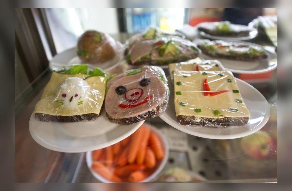 ВИДЕО DELFI: Буфетчица Антонина радует детей необычными бутербродами и ладит с эстонским коллективом