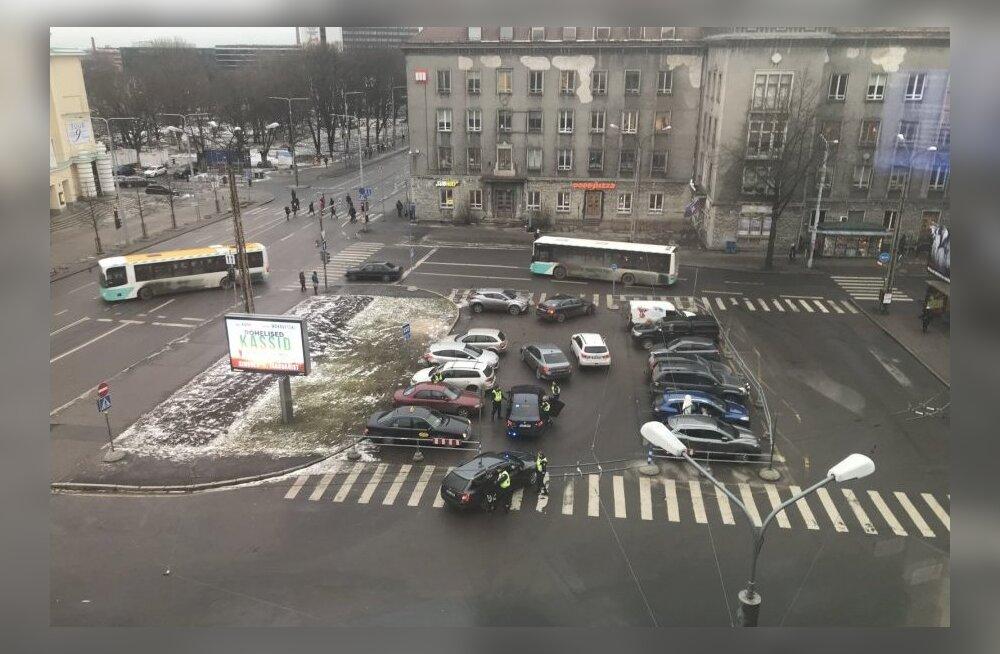 ФОТО: В центре Таллинна шестеро полицейских задержали 17-летнего юношу и 15-летнюю воспитанницу детдома