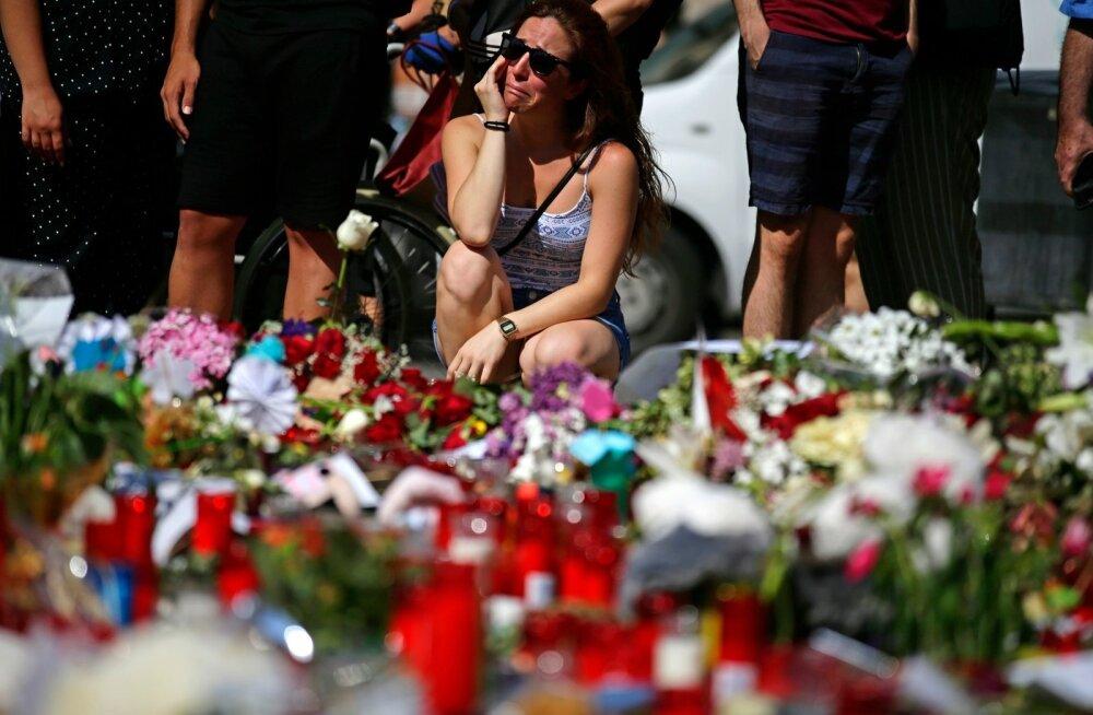Barcelona on endiselt leinas, terrorirünnaku toimumispaika on toodud sadu lilli ja küünlaid.