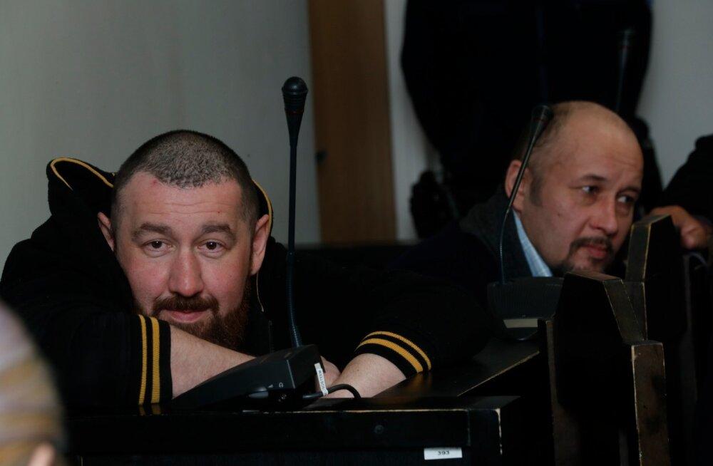 Dmitri Prokofjev (vasakul) ja Anatoli Plutahhin toodi sajandi alguses toimunud röövmõrva eest süüdistatavatena lõpuks kohtu ette.