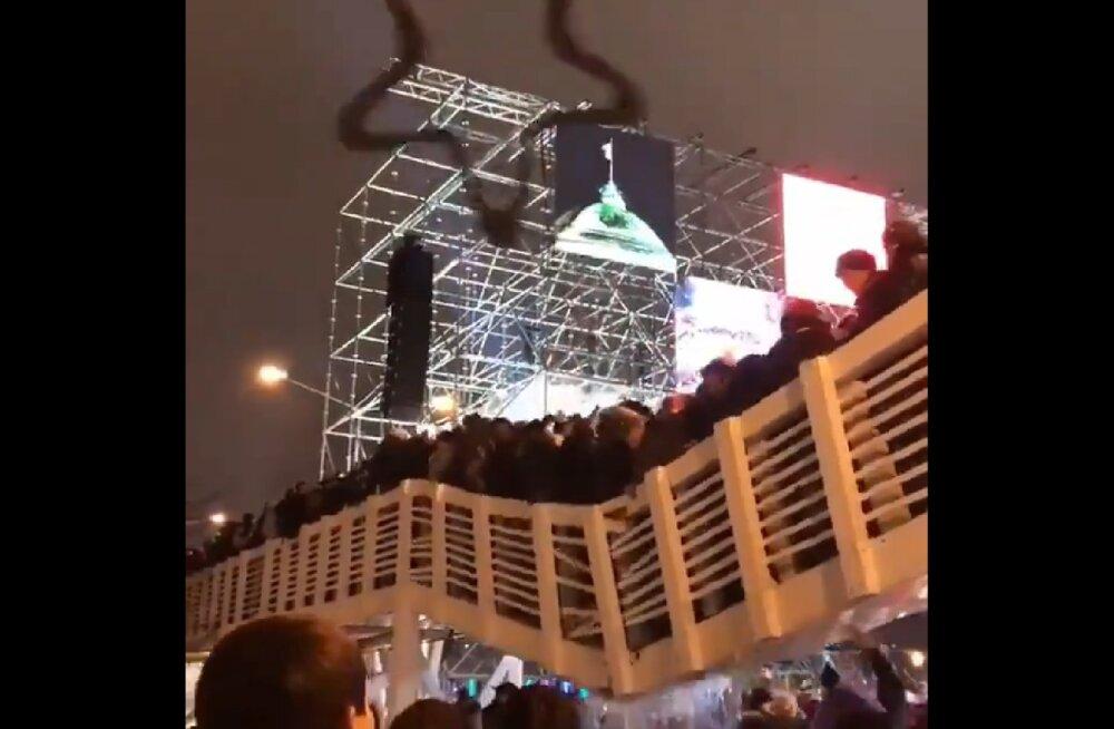 VIDEO | Moskvas varises uusaastaööl kokku jalakäijatesild, vigastada sai 13 inimest