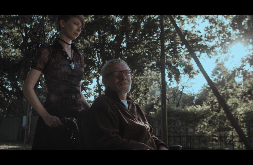 """""""Merivälja"""" peaosades on müstiliste võimetega hooldaja Karin (Lauli Otsar) ja kõnevõimetu Julius (Andres Lepik)."""