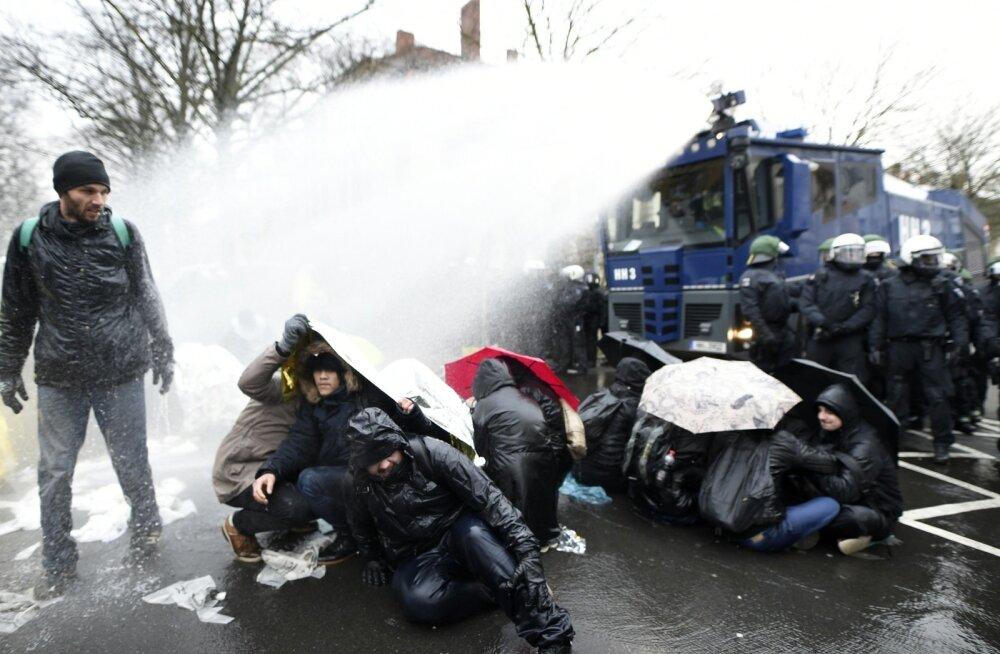 Politsei kasutas AfD vastu meelt avaldajate ohjeldamiseks ka veekahurit. Kokkupõrgetes sai viga nii protestijaid kui ka politseinikke.