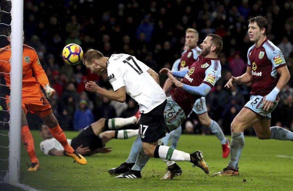 Ragnar Klavan saadab palli Burnley väravasse.