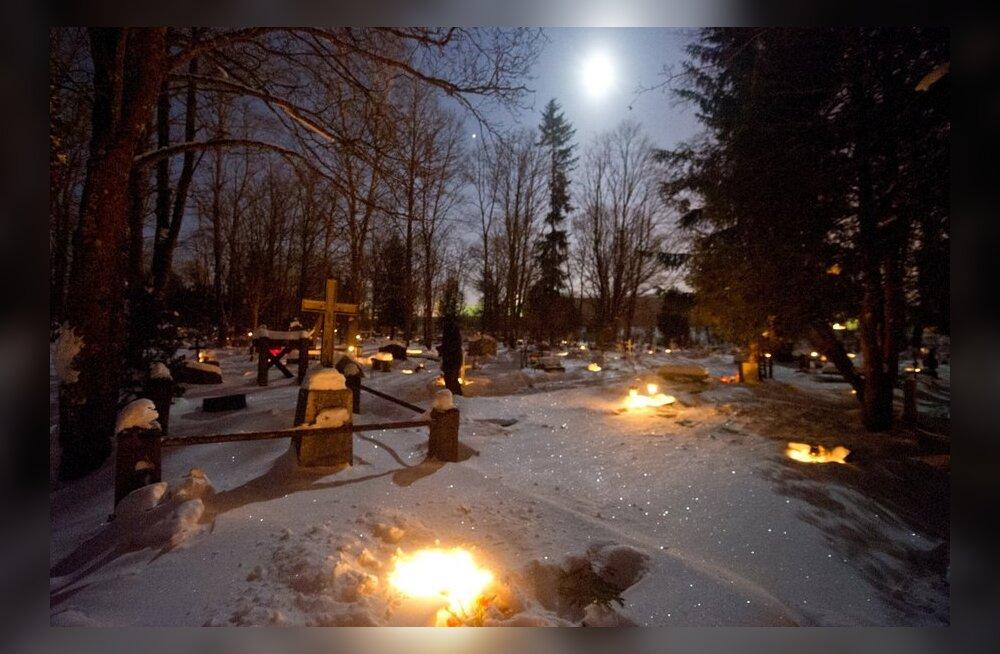 Kalmistutel põlevad küünlad