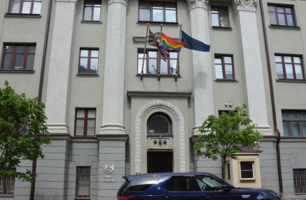 Valgevene reageeris raevukalt vikerkaarelipule Briti saatkonna hoonel: samasooliste suhted on võltsid ega lähe läbi!