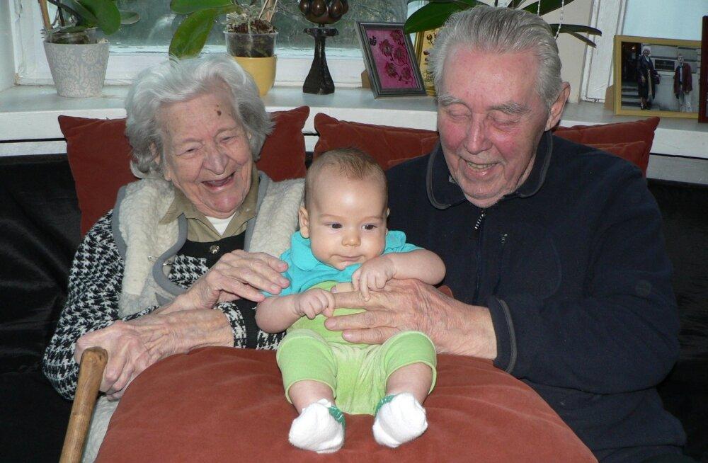 Valter Ojakäär koos abikaasa Heljo ja esimese lapselapselapsega