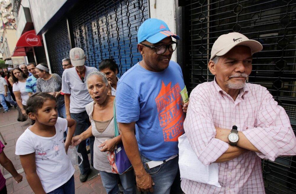 Inimesed Venezuela pealinnas Caracases leivajärjekorras.
