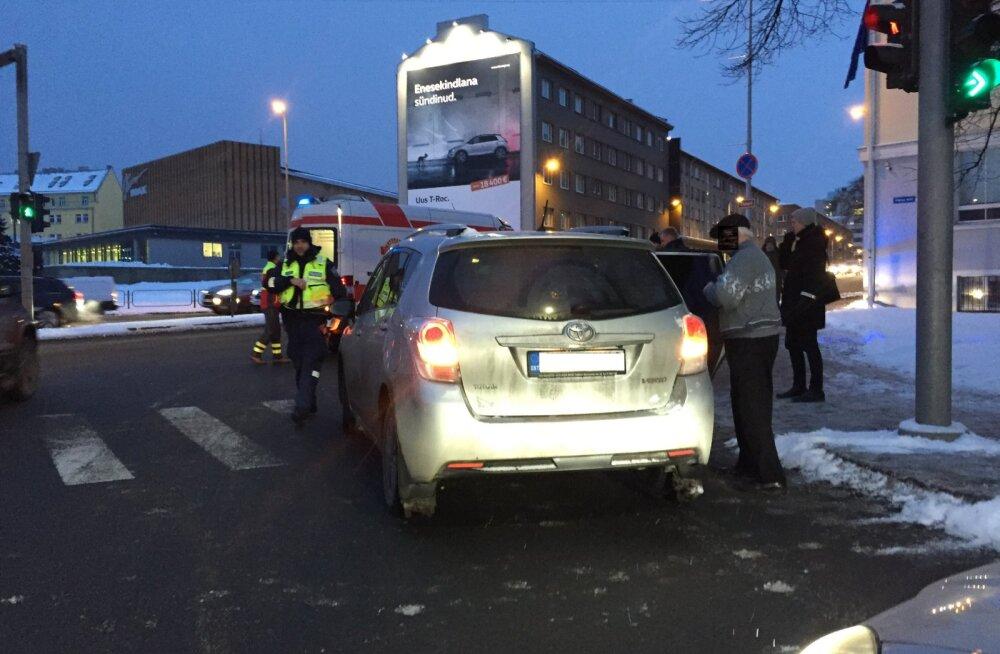Tallinnas sai autolt löögi rohelise tulega teed ületanud naine