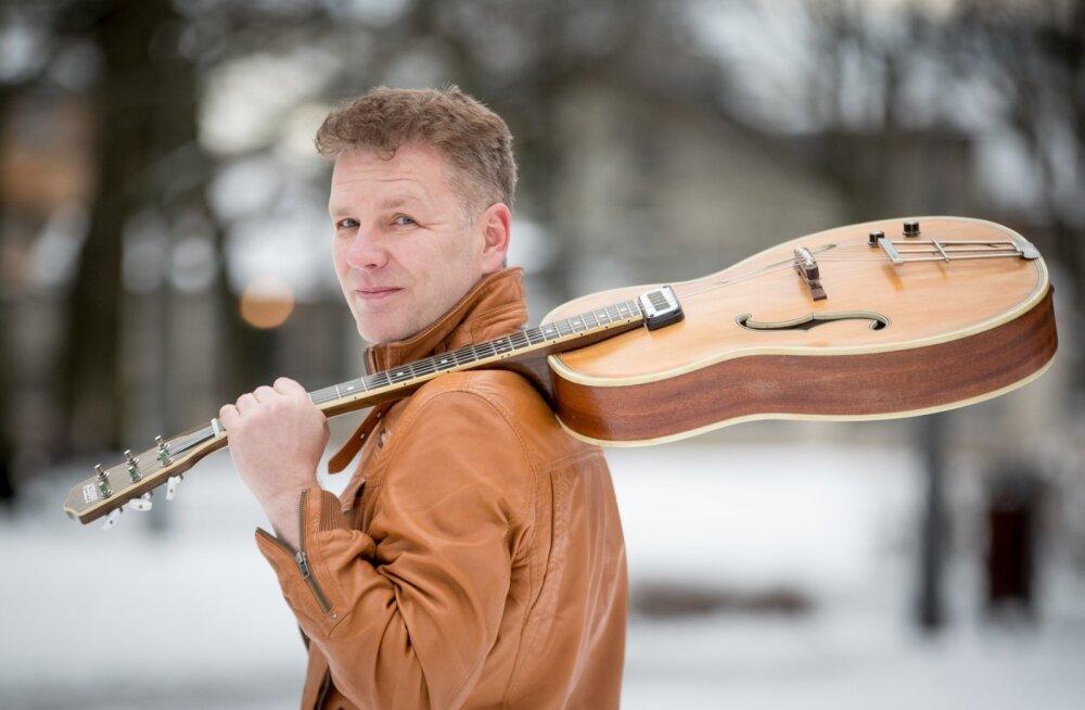 Nõukaajal polnud korralikke pille saada. Kes oskas, tegi ise pilli, meenutab Allan Vainola, kes meisterdas endale ja muusikust pojale Hyrr Innokentile kitarri veel mõned aastad tagasi.