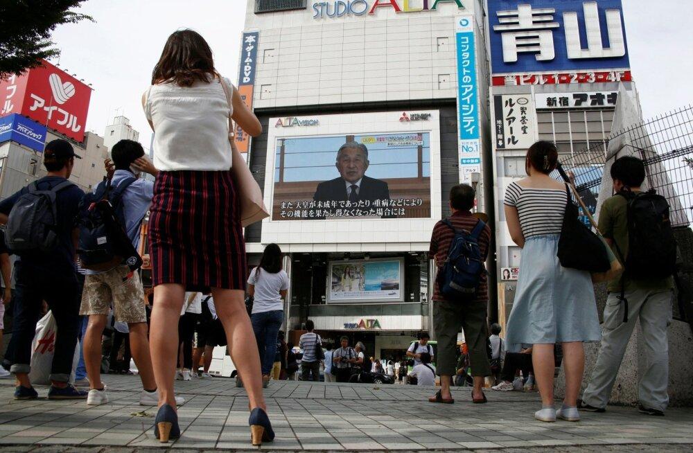 Rahvas peatus Tokyos hetkel, kui suurtelt ekraanidelt näidati keiser Akihito erakordset telepöördumist.
