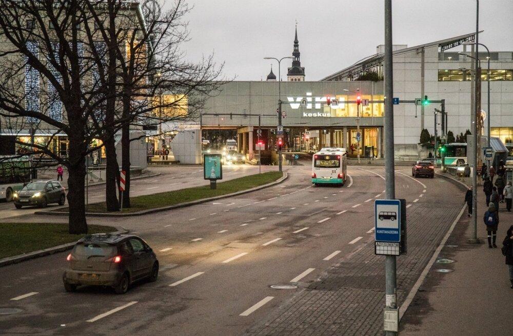 Kaubamaja ja Viru keskuse vaheline galerii tõmbab vanalinnavaatele justkui riba peale.