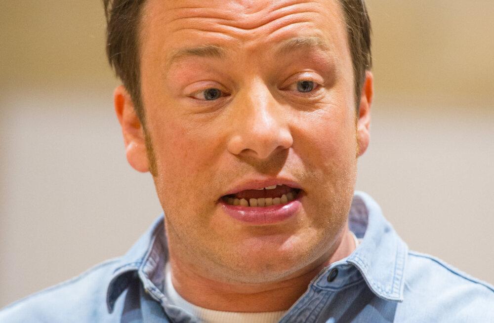 Jamie Oliver nabis kinni oma kodu juures luusinud kahtlase mehe. Ametivõimud lasid mehe aga vabadusse