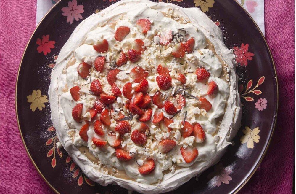 Lia Virkuse hõrk Pavlova tort rabarberikreemi ja maasikatega