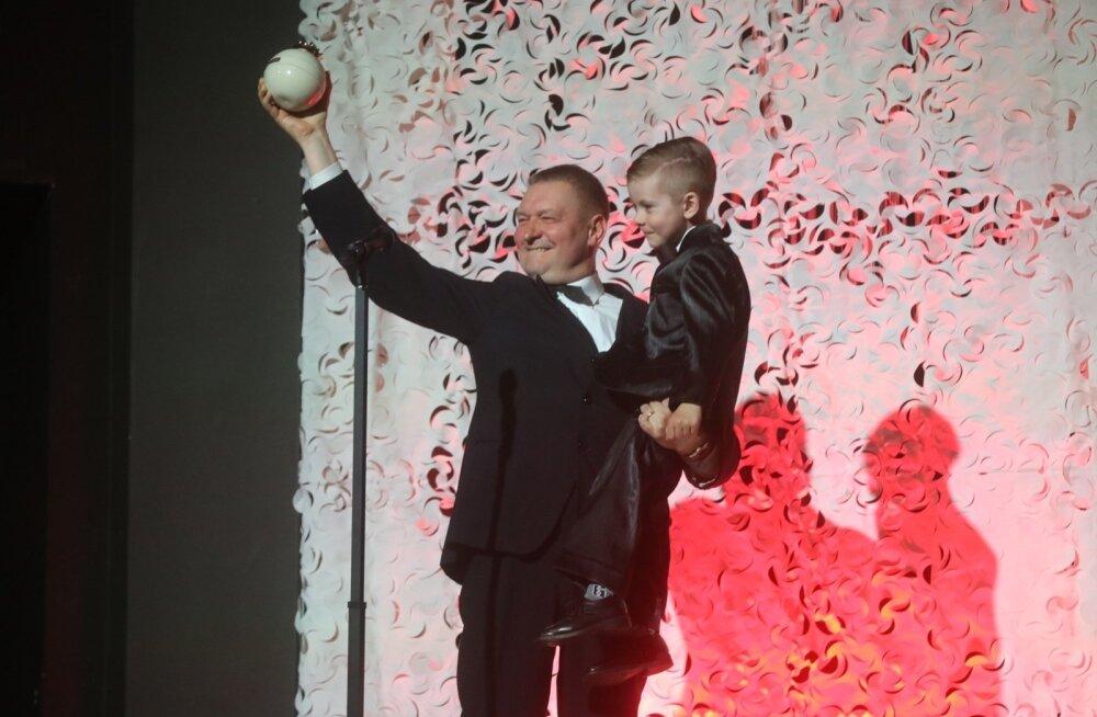 FOTO: Kroonika gala nunnuhetk! Väike hiiglane Oliver andis Raivo E. Tammele auhinna üle