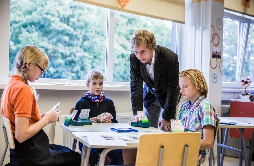 Meelis Kuldkepp õpetab lastele bridži, mis tema kinnitusel on mõttemäng ja lapsevanemad ei peaks laskma end häirida sellest, et lapsed koolis kaarte mängivad.