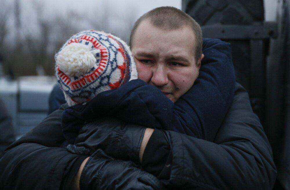 Lähedane embab Ukraina relvajõududesse kuuluvat sõjavangi Donetski rajoonis Gorlivkas kinnipeetute vahetamisel