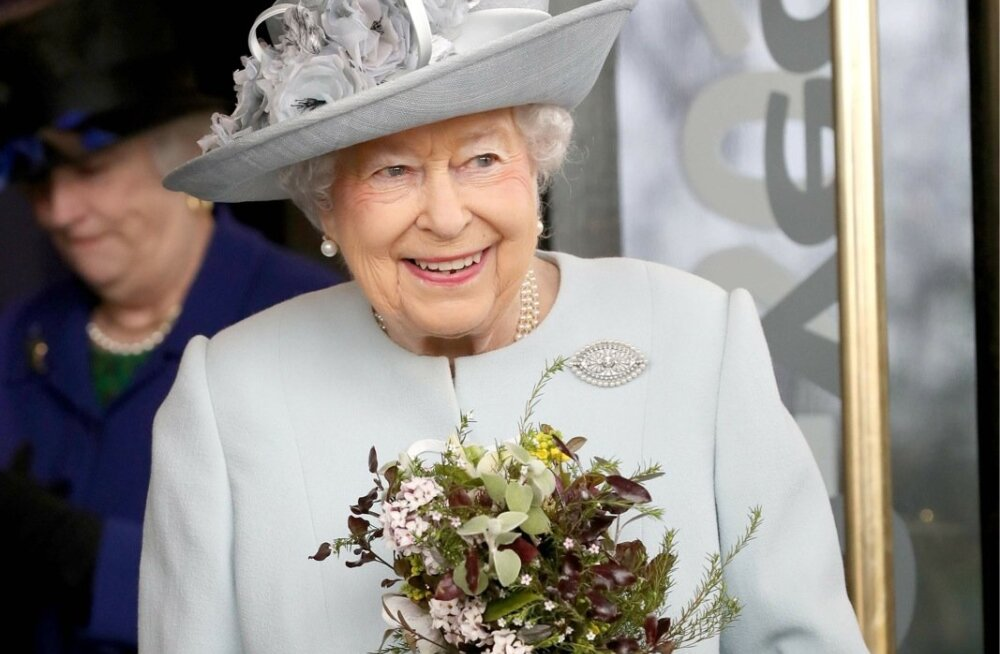 KOHANDATUD: Pikema sangaga käekott lubab kuningannal lillekimpe vastu võtta.