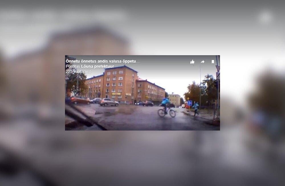 ВИДЕО: Столкнувшийся с 10-летней девочкой 12-летний велосипедист сразу поспешил на помощь пострадавшей