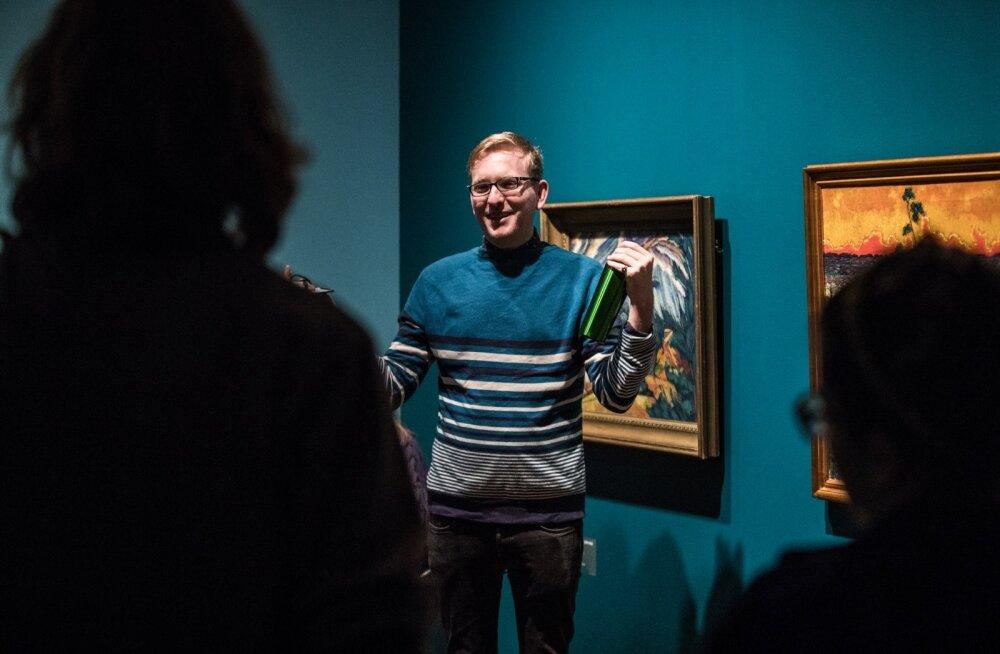 """Bart Pushaw selgitab giididele, millele näituse """"Värvide dirigendid"""" külastajate tähelepanu juhtida."""