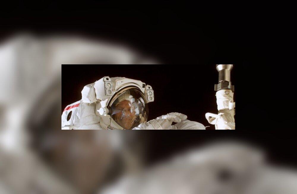 Для секса в космосе доступны 4 позы