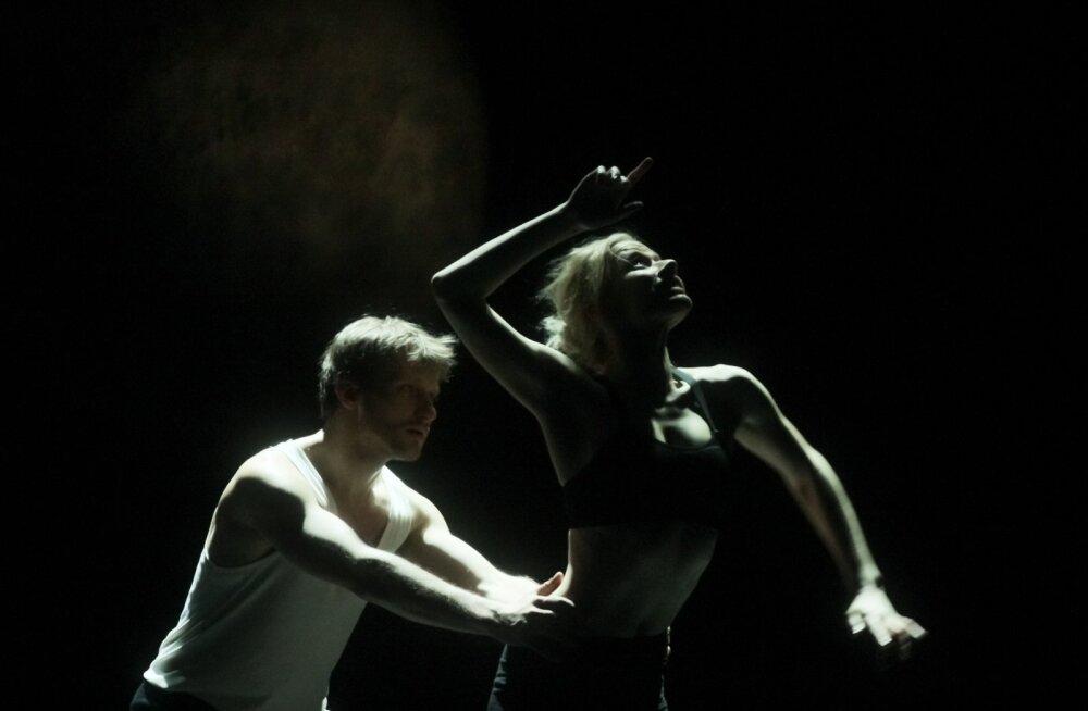 """""""Puudutada kuud"""" on kahe noore tantsuhuvilise (Jaune Kimmel ja Madis Mäeorg -pildil) eneseleidmise ja teineteise leidmise lugu.""""Läbi selle näitame ühtlasi inimsuhteid selles ajastus, seda kuidas nad kaasaaegset tantsu hakkavad tegema ja mis sellest kõiges"""