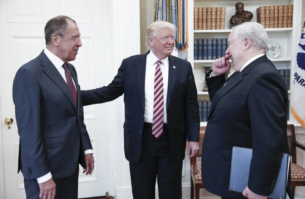 Lavrov (vasakul) võttis kohtumisele kaasa ka Vene suursaadiku Sergei Kisljaki, kellega suhtlemise kohta valetamine maksis Trumpi nõunikule Michael Flynnile töökoha.