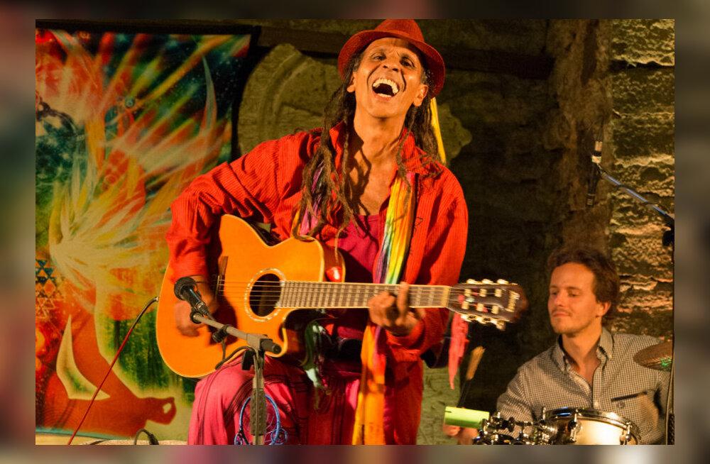 GALERII: Spirituaalse hipilegendi Fantuzzi kontsert tegi Katariina kirikust tantsukatla