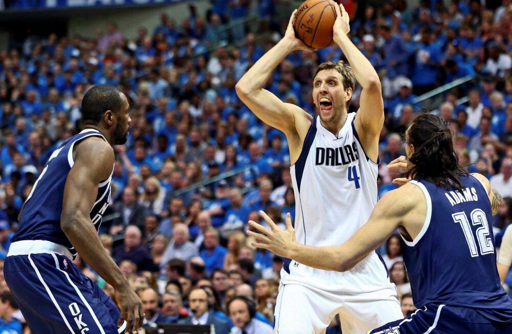 Dirk Nowitzki (palliga) Dallas Mavericksi särgis.