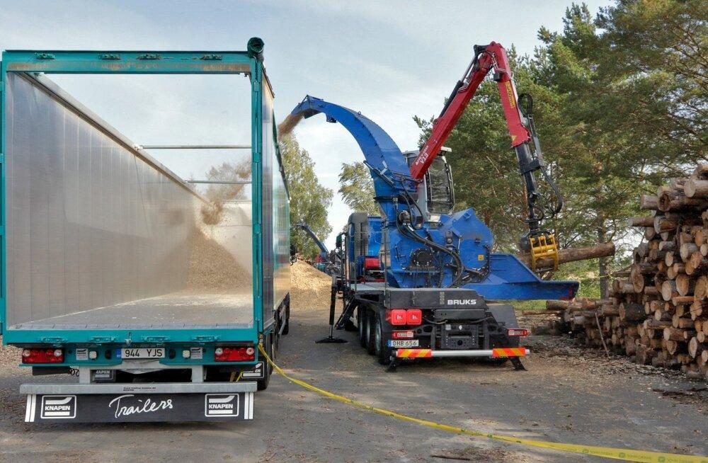 Uus, senisest võimsam puiduhakkur Bruks 1006 PT Truck suudab tunnis peeneks hekseldada rohkem kui kaks veokitäit puitu.