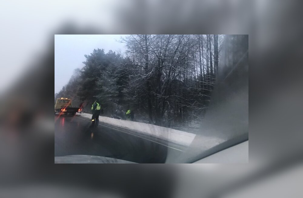 FOTO | Teed on libedad, Pärnu–Ikla maanteel sõitis auto kraavi