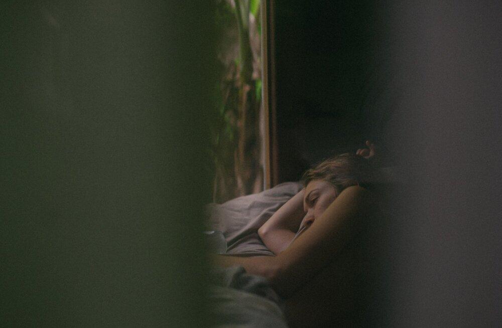 Ahastuses naine: mees passib hiliste õhtutundideni telekat, oma nutitelefoni ja joob õlle kuni diivanil magama vajub