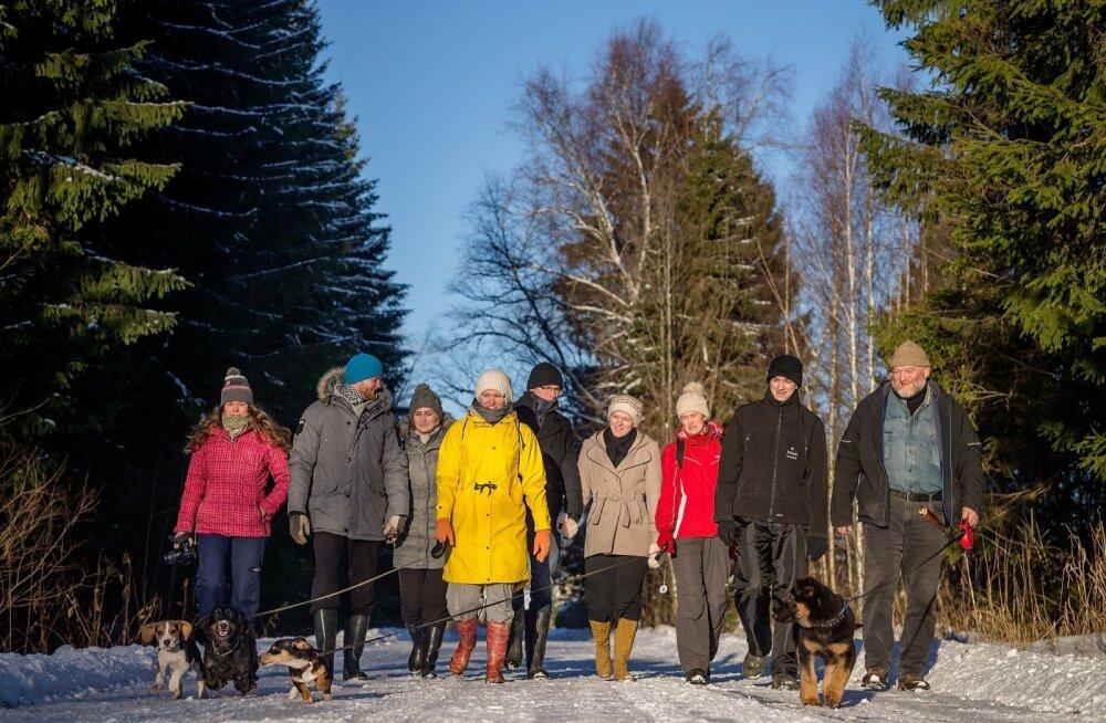 Kui pere koos, minnakse jõululaupäeva matkale. Vasakult Kärt, Siim ja tema elukaaslane Julia, Epp, Tuule Sireli kaaslane Siim, Tuule Sireli, Rael, Mattias ja Riho