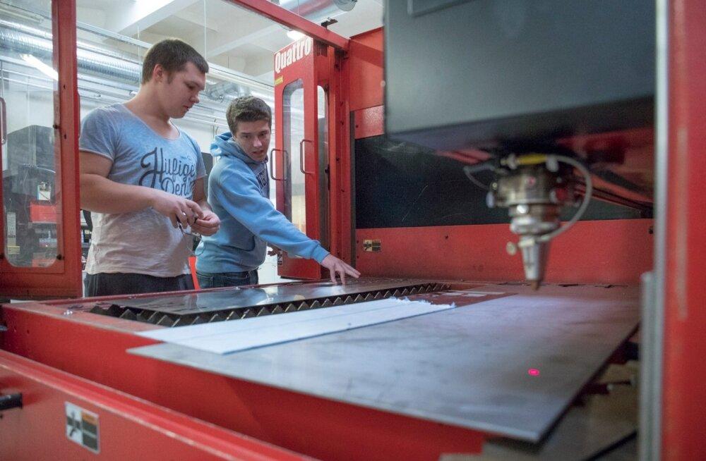 Tallinna tööstushariduskeskuse CNC lehtmetallitöötlemise operaatori eriala esimese kursuse õpilased Rasmus ja Rando on täiesti kindlad, et valitud ametis tööd neile jagub. Vastavalt OSKA prognoosile vajab metalli- ja masinatööstus aastas pea 500 uut tööta