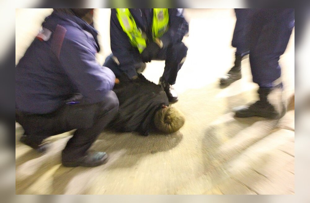 Politseiniku solvaja lõi jalaga arestimaja valvurit