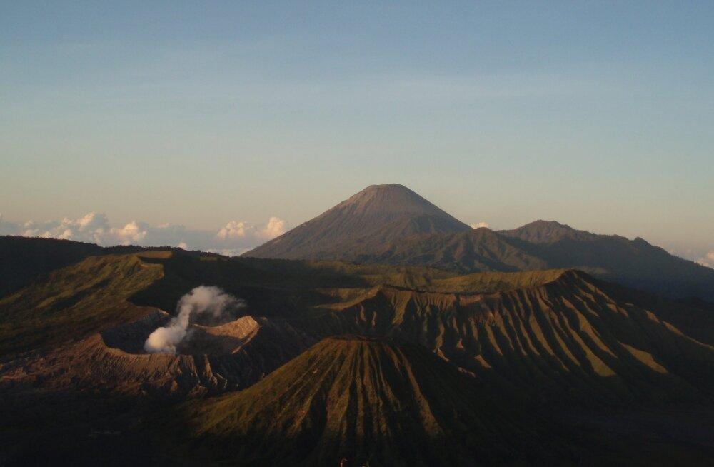 Varahommikune vaade vulkaanimaastikule Bromo Tengger Semeru rahvuspargis