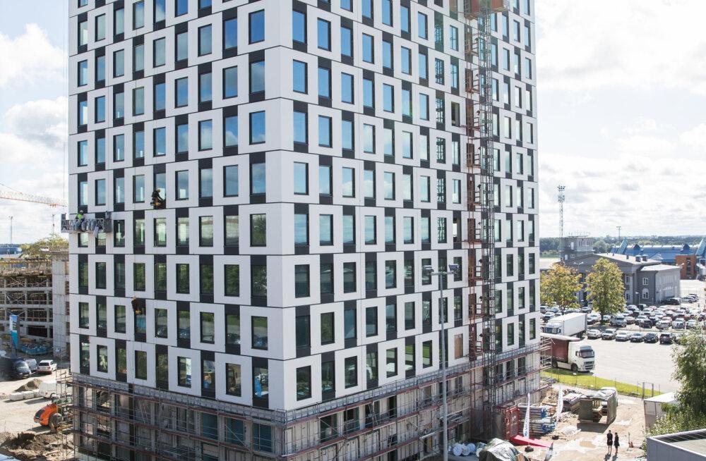 Leed Gold sertifikaadi standardite järgi valmiv Liwentaali büroohoone on saavutanud oma maksimumkõrguse. Vaata piltidelt avanevat vaadet linnale ja lennujaamale