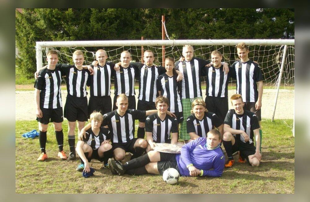 FOTOD: Väike Virtsu sai jalgpallivõistkonna, kel on oma salarelv