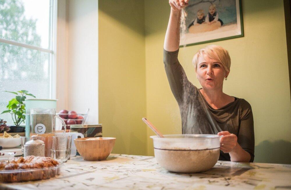 Kääpa OTTi eestvedaja Annika Oras teeb leiba nii enda perele kui ka teistele.
