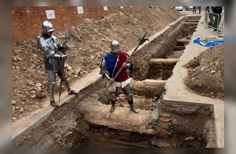 Kuningas Richard III kolitakse parkla alt kirikusse