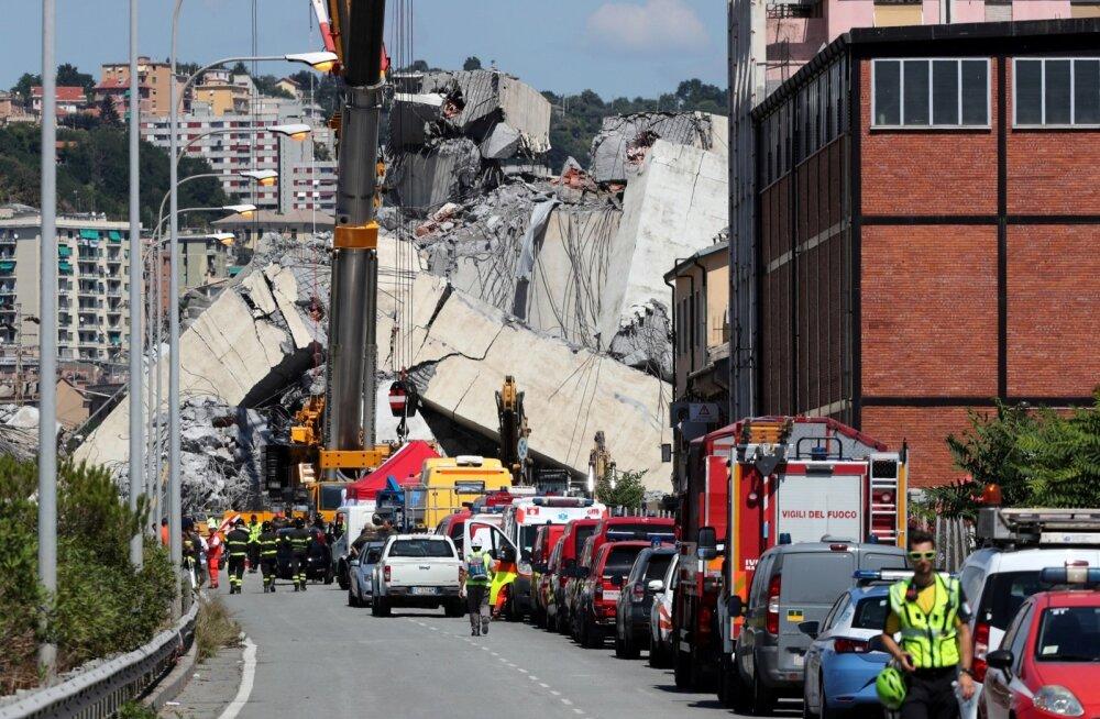 Päästetööd Genovas üleeile kokku varisenud silla juures.