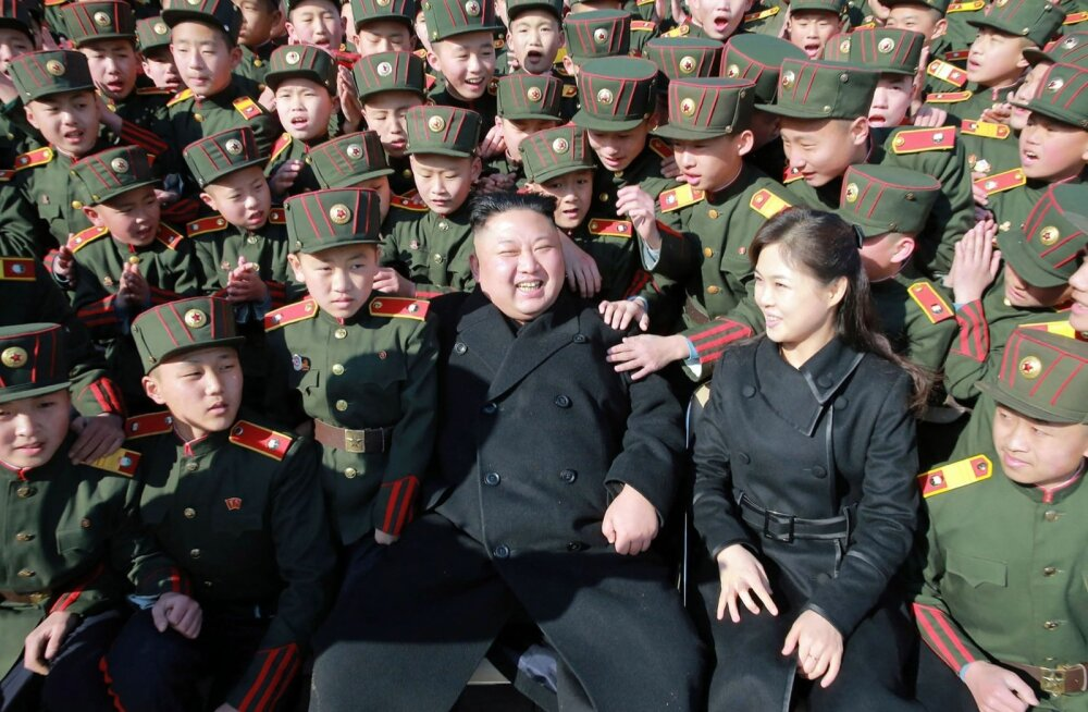 Kim Jong-un külastas abikaasa Ri Sol-juga sel kevadel Pyongyangi sõjakooli kasvandikke.