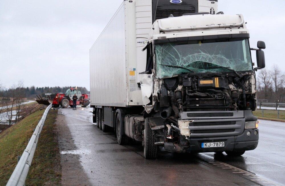 ФОТО: На шоссе Таллинн-Пярну столкнулись грузовик и погрузчик