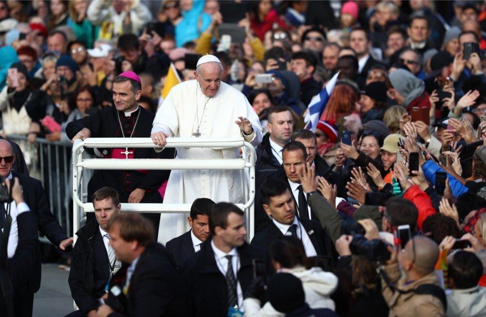 Varaõhtuks valgus Vabaduse väljakule hordides inimesi, kes tulid paavst Franciscuse kristlikku jutlust kuulama.
