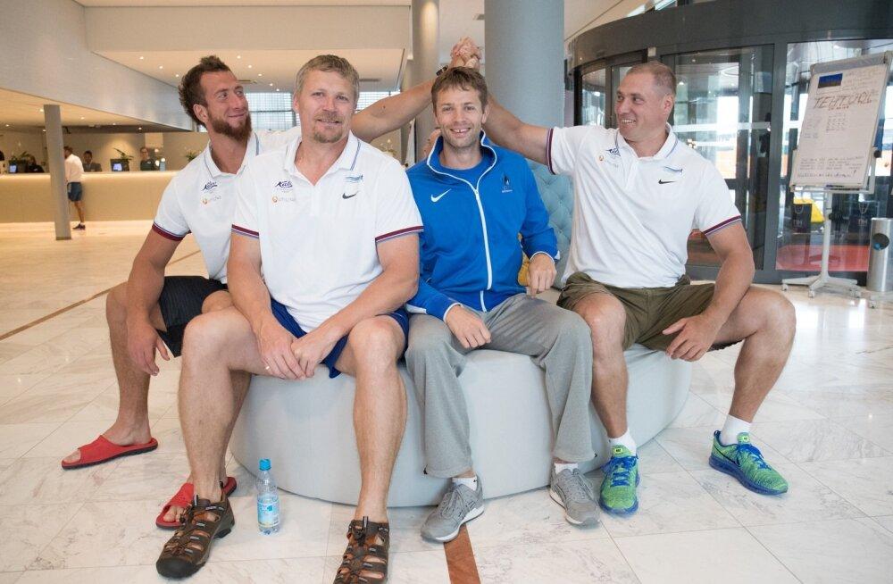 Martin Kupper (vasakul) lööb käed kokku Gerd Kanteriga, nende vahel istuvad endine treener Aleksander Tammert ja sinises dressipluusis uus abimees Indrek Tustit.