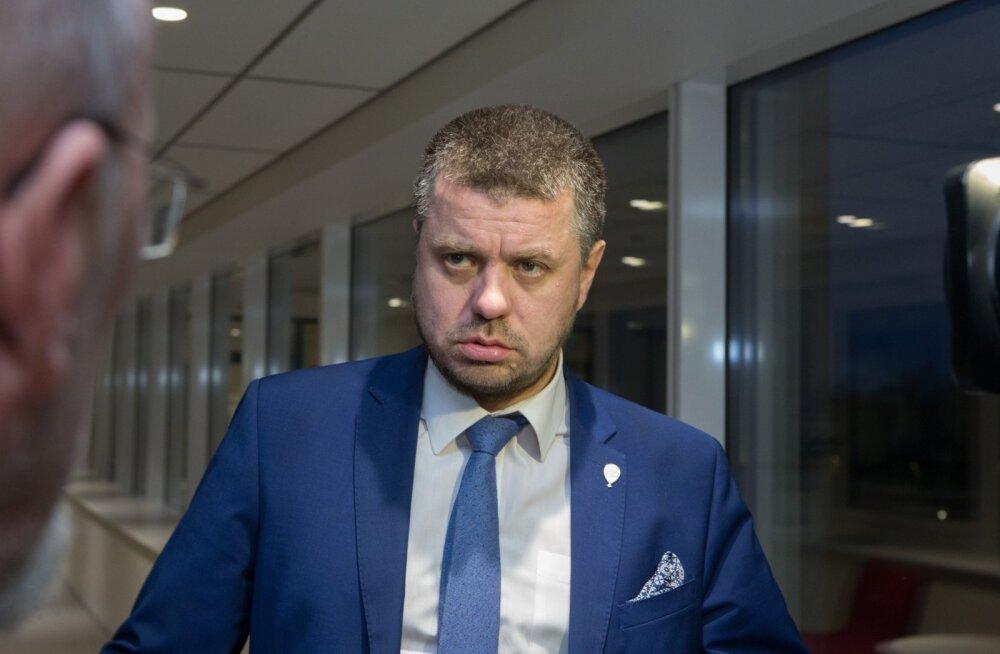 Justiitsminister Urmas Reinsalule anti esmaspäevani aega ise ametist tagasi astuda.